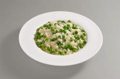 Plato redondo con arroz y guisantes hervidos fotografía de archivo libre de regalías