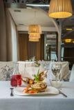 Plato sabroso con las setas en un restaurante Fotografía de archivo