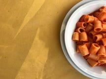 Plato típico de la cocina romana: macarrones con la salsa picante imagen de archivo