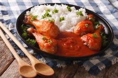 Plato tailandés: pollo con la salsa de chiles Sriracha y el primer del arroz Foto de archivo libre de regalías