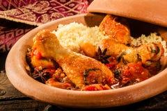 Plato tradicional de Tajine con el pollo y el cuscús fotografía de archivo