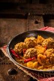 Plato tradicional de Tajine de las albóndigas amarillas del curry foto de archivo libre de regalías