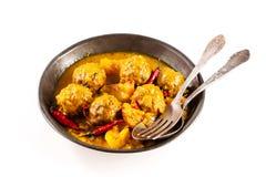 Plato tradicional de Tajine de las albóndigas amarillas del curry foto de archivo