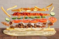 Plato tradicional del lavash con elevar y mantener flotando los ingredientes de la carne y de las verduras imagenes de archivo