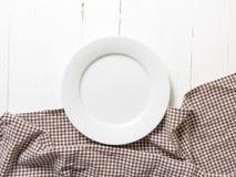 Plato vacío con la toalla de cocina Imagen de archivo