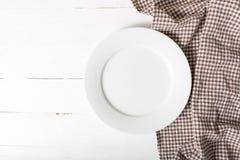 Plato vacío con la toalla de cocina Imagenes de archivo
