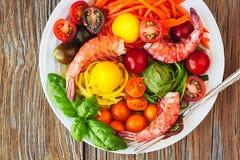 Plato vegetal de los tallarines de las pastas de los espaguetis del calabacín con el camarón fresco Fotos de archivo