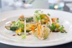Plato vegetariano de las flores fritas del calabacín Foto de archivo