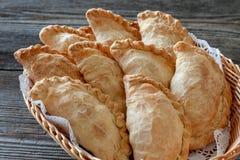 Plato vegetariano: empanadas en una cesta, primer de la patata fotografía de archivo libre de regalías