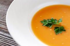 Plato vegetariano Sopa de la calabaza con las zanahorias, cebollas, ajo, oliv imagen de archivo