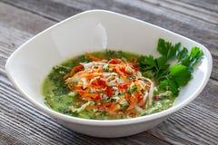 Plato vegetariano Sopa de la col verde del vegano hecha de cabb chino imagen de archivo libre de regalías