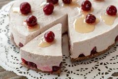 Plato vegetariano: torta de la dieta con las cerezas fotos de archivo