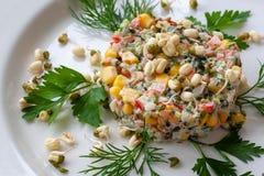 Plato vegetariano: una ensalada del bróculi, maíz, alga marina, peppe dulce fotos de archivo libres de regalías