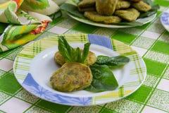 Plato verde de la chuleta-espinaca con las patatas, el huevo y la harina imágenes de archivo libres de regalías