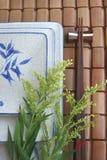 Plato y palillo japoneses en la estera de bambú Fotos de archivo libres de regalías