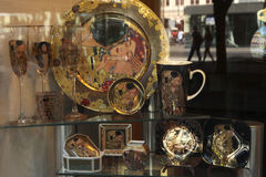 Platos adornados con el motivo del beso por Gustav Klimt Imagen de archivo