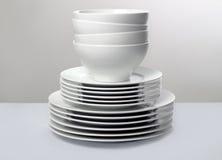 Platos blancos comerciales en fondo neutral Fotografía de archivo