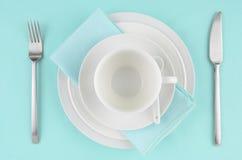 Platos blancos en mantel de la aguamarina Fotos de archivo