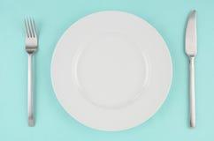 Platos blancos en mantel de la aguamarina Imagen de archivo libre de regalías