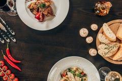 platos con la carne y los pescados en el restaurante Fotografía de archivo libre de regalías