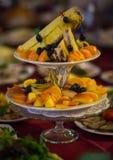 Platos con la fruta fresca cortada en una tabla festiva Fotografía de archivo