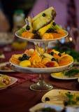 Platos con la fruta fresca cortada en una tabla festiva Imágenes de archivo libres de regalías