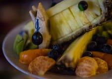 Platos con la fruta fresca cortada en una tabla festiva Imagenes de archivo