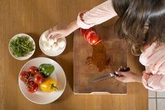 Platos con los ingredientes frescos imagenes de archivo
