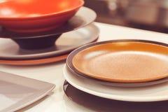 Platos de cerámica en colores Fotografía de archivo libre de regalías