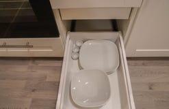 platos de cerámica en el armario de cocina para el uso en cocinar para la cena fotografía de archivo libre de regalías