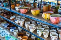 Platos de cerámica pintados tradicionales para la venta en una tienda Creta, Grecia, Europa del centro de ciudad Imagen de archivo