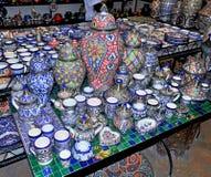 Platos de cer?mica y otros productos de cer?mica hechos por los artesanos marroqu?es a mano imagenes de archivo