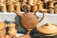 Platos de la arcilla La loza hizo la arcilla Fondo de los platos imágenes de archivo libres de regalías