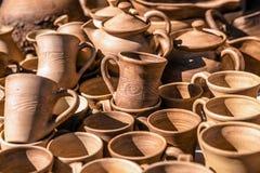 Platos de la arcilla La loza hizo la arcilla Fondo de los platos fotos de archivo libres de regalías