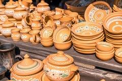 Platos de la arcilla La loza hizo la arcilla Fondo de los platos imagen de archivo libre de regalías