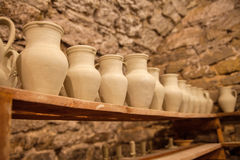 Platos de la cerámica en estantes Imagenes de archivo