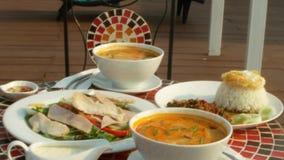 Platos de la cocina tailandesa 4K Vector por la piscina Almuerzo tradicional tailand?s por la piscina almacen de video