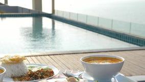 Platos de la cocina tailandesa 4K Vector por la piscina Almuerzo tradicional tailand?s por la piscina, cambio del foco almacen de metraje de vídeo