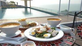 Platos de la cocina tailandesa 4K Vector por la piscina Almuerzo tradicional tailand?s por la piscina, cambio del foco almacen de video
