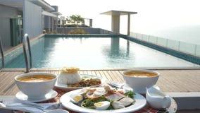 Platos de la cocina tailandesa 4K Vector por la piscina Almuerzo tradicional tailand?s por la piscina, cambio del foco metrajes