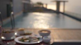 Platos de la cocina tailandesa Vector por la piscina Almuerzo tradicional tailandés por la piscina, cambio del foco metrajes