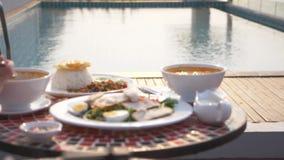 Platos de la cocina tailandesa Vector por la piscina Almuerzo tradicional tailand?s por la piscina, cambio del foco metrajes