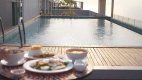 Platos de la cocina tailandesa Vector por la piscina Almuerzo tradicional tailand?s por la piscina, cambio del foco almacen de metraje de vídeo
