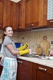 Platos de la limpieza de la chica joven Imagen de archivo libre de regalías