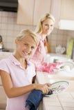Platos de la limpieza de la madre y de la hija imágenes de archivo libres de regalías