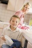 Platos de la limpieza de la madre y del hijo Foto de archivo libre de regalías