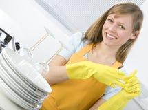 Platos de la limpieza de la mujer Fotos de archivo libres de regalías