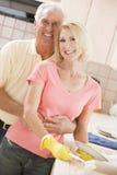 Platos de la limpieza del marido y de la esposa Fotos de archivo