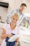 Platos de la limpieza del padre y de la hija fotografía de archivo libre de regalías