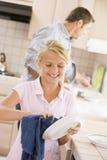 Platos de la limpieza del padre y de la hija foto de archivo libre de regalías